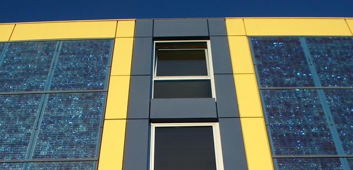 Solarkollektoren an der Fassade